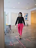 DEU, Deutschland, Germany, Berlin, 24.08.2020: Annalena Baerbock, Bundesvorsitzende von BÜNDNIS 90/DIE GRÜNEN, mit Mund-Nase-Bedeckung auf dem Weg zu einer Pressekonferenz im VKU Forum. Der Boden vor dem Presseraum ist mit Laufrichtungspfeilen beklebt. Eine weitere Maßnahme, um vor Ort Ansteckungen mit dem Coronavirus zu vermeiden.