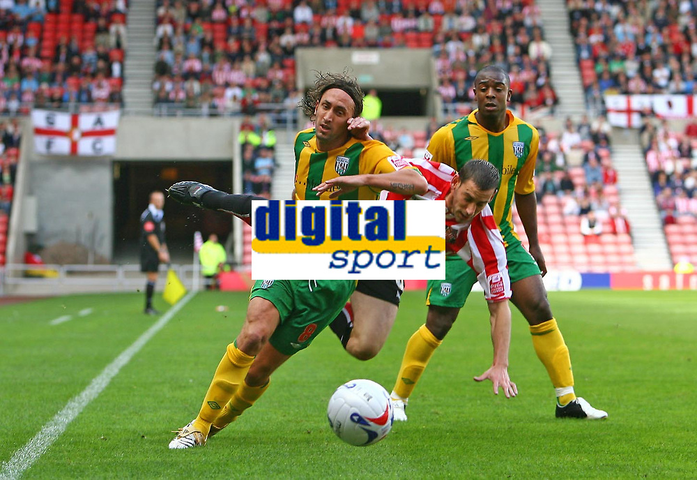 Photo: Andrew Unwin.<br /> Sunderland v West Bromwich Albion. Coca Cola Championship. 28/08/2006.<br /> Sunderland's Rory Delap (C) loses out to West Bromwich's Jonathan Greening (L).