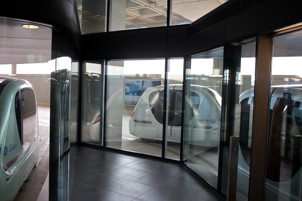 Masdar City. ASIEN, VEREINIGTE ARABISCHE EMIRATE, EMIRAT ABU DHABI, ABU DHABI, 13.04.2011: Der reibungslose Verkehr in der Musterstadt ist mit verschiedenen, aufeinander abgestimmten o?ffentlichen Verkehrsmitteln geplant, die jeweils einer Ebene zugeordnet sind. Im Untergrund von Masdar und zwei weiteren Stadtteilen von Abu Dhabi sollen lokal sogenannte Personal-Rapid-Transit-Netze (PRT-Netze) der Firma 2getthere installiert werden. Hier handelt es sich um einen elektrisch motorisierten Individualverkehr, bei dem der Nutzer in einer automatisierten Kabine ohne zu warten an sein selbst bestimmtes Ziel gelangt. Eine Teststrecke vom Parkhaus zum Masdar Institute ist bereits in Betrieb. Der weitere Ausbau des PRT-Netzes wurde aufgrund von Umstrukurierungsmassnahmen 2010 gestoppt, stattdessen sollen Alternativen getestet werden. Hier im Bild der Ankunftsbereich am Masdar Institute. Die Wu?stenstadt Masdar sollte das Silicon Valley fu?r nachhaltige Technologien werden. 2006 rief Scheich Mohammad Bin Zayed al-Nahyan, Kronprinz von Abu Dhabi, das Projekt ins Leben. Die Fertigstellung des Projekts wird sich verzoegern: statt wie geplant 2016 wird die Oekostadt fruehestens 2025 fertig. - Stichworte: Nachhaltigkeit, Masdar, City, Emirat, Vision, Zukunft, Arabien, Stadt, Oekologie, Gruen, Planung, Foster, Architekt, Wueste, Umwelt, Technik, Universitaet, Verkehr, Musterstadt, Verkehrsmittel, Personal-Rapid-Transit, Netz, PRT, 2getthere, Individualverkehr, Fahrzeug, automatisiert, Ziel, Teststrecke, Parkhaus, Umstrukurierung, Baustopp