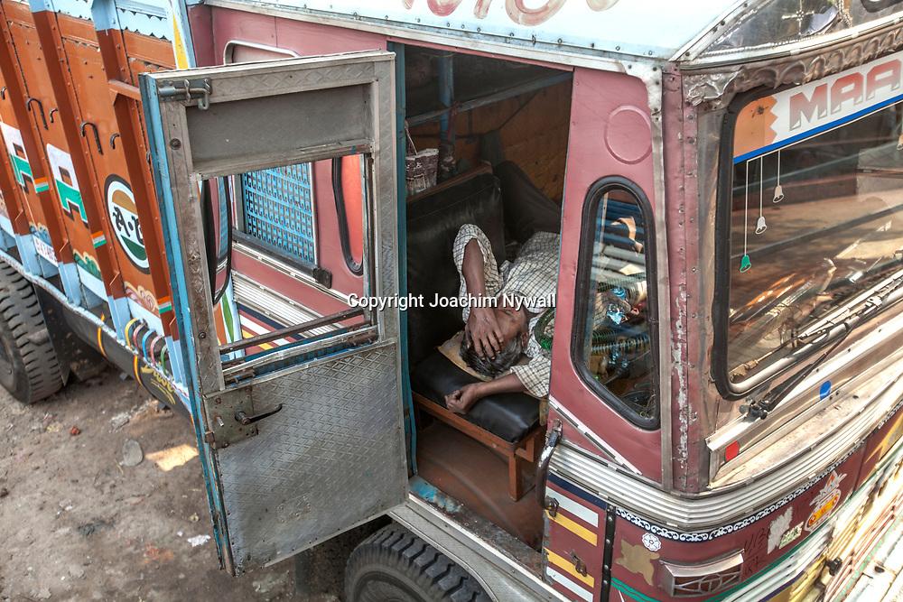 2014 10 29  Kolkata Calcutta <br /> West Bengal India Indien<br /> Man som sover i en lastbils hytt<br /> <br /> ----<br /> FOTO : JOACHIM NYWALL KOD 0708840825_1<br /> COPYRIGHT JOACHIM NYWALL<br /> <br /> ***BETALBILD***<br /> Redovisas till <br /> NYWALL MEDIA AB<br /> Strandgatan 30<br /> 461 31 Trollhättan<br /> Prislista enl BLF , om inget annat avtalas.