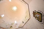 Sintra, de Monte da Lua (maanberg), is een magische, mysterieuze plaats waar mens en natuur in zodanig perfecte harmonie leven dat UNESCO het stadje op de werelderfgoedlijst heeft geplaatst.Het Paleis van Sintra (Portugees: Palácio Nacional de Sintra) ligt in het historisch centrum van de Portugese stad Sintra. Het paleis wordt gekenmerkt door twee grote schoorstenen die zich boven de keuken bevinden. In de bouwstijl is een sterke Moorse invloed terug te vinden.<br /> <br /> Sintra, the Monte da Lua (Moon Mountain), is a magical, mysterious place where people and nature live in such perfect harmony that UNESCO has placed the town on the World Heritage List. Sintra National Palace