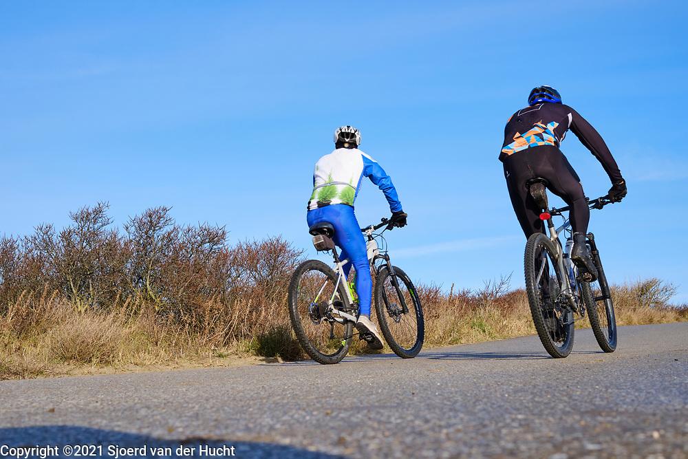 Met de mountainbike door de Haagse duinen fietsen. | Cycling through the dunes of The Hague with a mountain bike.