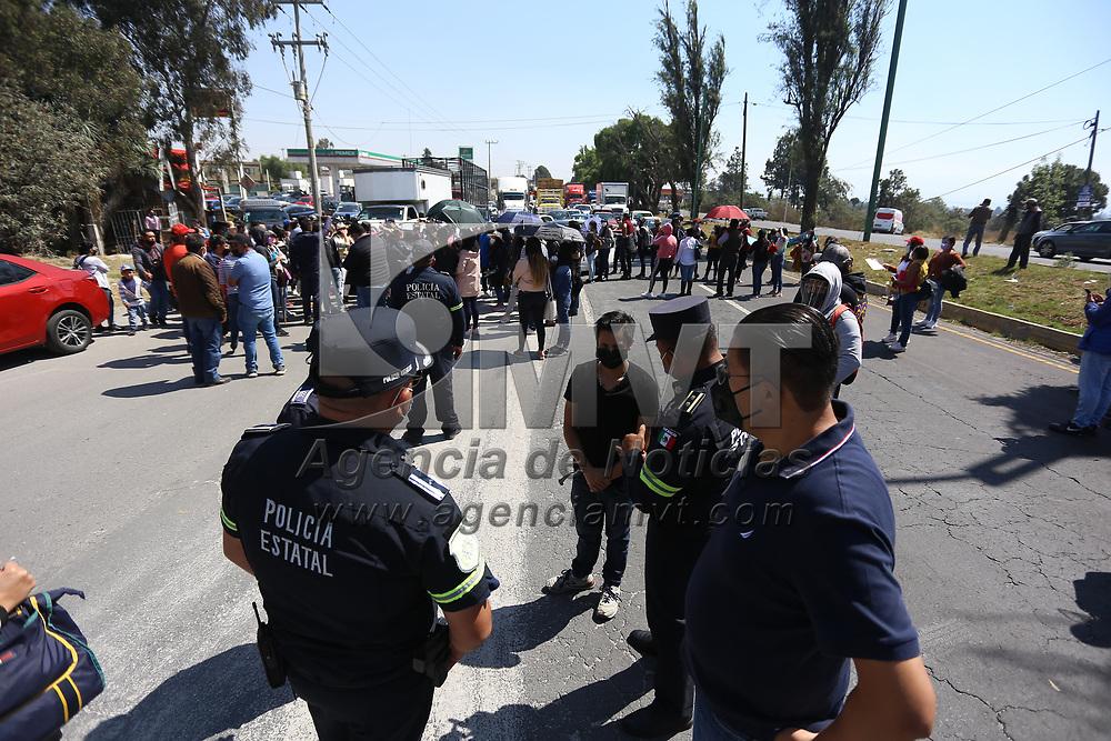 Santa María Rayón, México.- Personal de salud que labora en instituciones privadas mantiene bloqueada la carretera Toluca - Tenango a la altura de la 22 zona militar en demanda de ser vacunados contra el Covid-19. Agencia MVT / Ramsés Mercado.