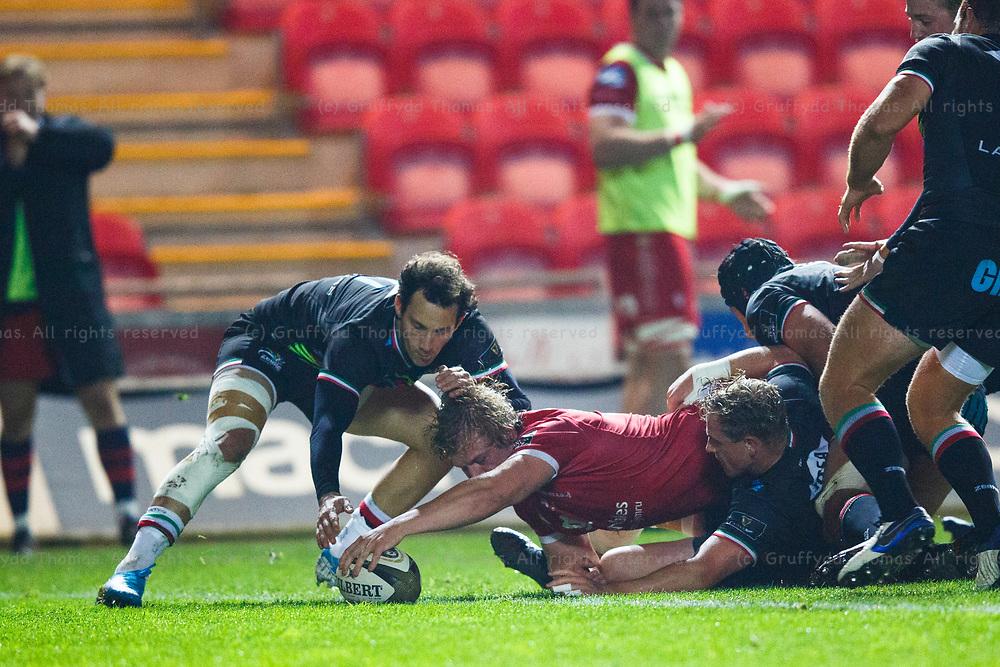 Llanelli, UK. 8 November, 2020.<br /> Scarlets flanker Jac Morgan scores a try during the Scarlets v Zebre PRO14 Rugby Match.<br /> Credit: Gruffydd Thomas/Alamy Live News