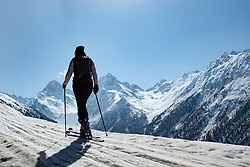 THEMENBILD - Skitourengeherin vor den Bergen der Schobergruppe, Glödis, Ganot und Hochschober. Kals am Großglockner, Österreich am Sonntag, 8. April 2018 // Ski tourer in front of the mountains of the Schober group, Glödis, Ganot and Hochschober. Sunday, April 8, 2018 in Kals am Grossglockner, Austria. EXPA Pictures © 2018, PhotoCredit: EXPA/ Johann Groder