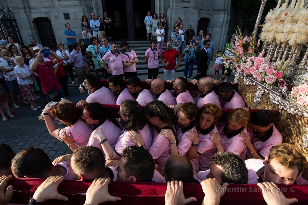 Madrid, Spain. 23rd June, 2018. Members of the brotherhood ready to lift the 'paso' of the Virgin 'Maria Santisima del Dulce Nombre en su Soledad'. © Valentin Sama-Rojo