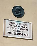 Wall Plaque 2013. Piazzaetta dei leoni per volonta unanime del consiglio comunale dedicata a papa giovanni XXII (Piazzaetta of lions by the will of the city council unanimously dedicated to Pope John XXII).