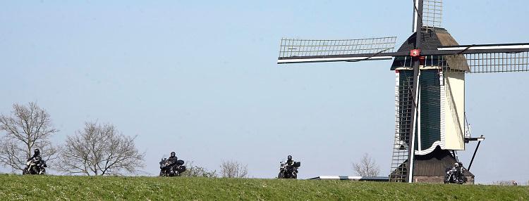 Nederland, Batenburg, 5-4-2020 Nu het wat warmer wordt en de zon uitbundig schijn halen motorbezitters hun tweewielers weer van stal en is het op de dijk langs de maas een drukte van belang van groepjes toerende motormuizen, fietsers en autos . Foto: Flip Franssen