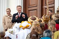 Bundespräsident Christian Wulff und Gattin Bettina Wulff begrüssen vor der Tuere von Schloss Belleuvue die Sternsinger, Berlin, 06. Januar 2012