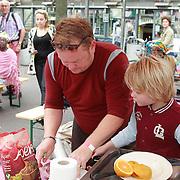 NLD/Amsterdam/20130701 - Keti Koti Ontbijt 2013 op het Leidse Plein, Martijn Fischer en zoontje