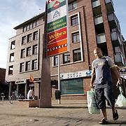 Nederland Rotterdam 22 augustus 2006.Allochtone man met boodschappentassen bij winkelcentrum in achterstandswijk Hillesluis. In dit deel van Rotterdam is de allochtone bevolking rijker dan de autochtone bevolking..Foto David Rozing