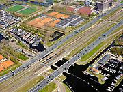 Nederland, Noord-Holland, Amsterdam; 17-04-2021; Zuidas, begin ring A10, A10 Zuid. Zicht op de Schinkelbruggen en de Nieuwe Meersluis. IJsbaanpad met woonschepen, tennisvelden en sporthallen Zuid. Rechtsonder in beeld jachthavens in de Nieuwe Meer. <br /> Zuidas, start of ring A10, A10 South. View of the Schinkel bridges and Nieuwe Meersluis (lock). IJsbaanpad with houseboats and sport centre. Bottom right marinas in the Nieuwe Meer.<br /> <br /> luchtfoto (toeslag op standaard tarieven);<br /> aerial photo (additional fee required)<br /> copyright © 2021 foto/photo Siebe Swart