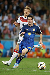 13.07.2014, Maracana, Rio de Janeiro, BRA, FIFA WM, Deutschland vs Argentinien, Finale, im Bild Lionel Messi (ARG) vor Toni Kroos (GER) // during Final match between Germany and Argentina of the FIFA Worldcup Brazil 2014 at the Maracana in Rio de Janeiro, Brazil on 2014/07/13. EXPA Pictures © 2014, PhotoCredit: EXPA/ Eibner-Pressefoto/ Cezaro<br /> <br /> *****ATTENTION - OUT of GER*****