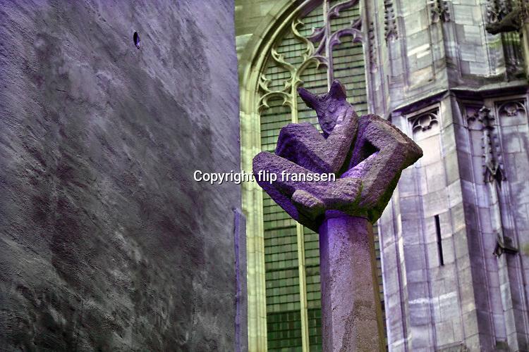 Nederland, Nijmegen, 21-12-2019  Rond de stevenskerk, het Stevenskerkhof, bevinden zich nog wat middeleeuwse historische gebouwen die bespaard zijn gebleven in de oorlog. Hier is o.a. het oudste cafe van de stad, In de Blaauwe, blauwe,  hand, de kanunnikenhuisjes en de Waag, het waaggebouw . Nijmegen claimt de oudste stad van Nederland te zijn . Standbeeld, sculptuur, monument, van Moenen, figuur uit het verhaal van Mariken van Nimwegen .Foto: Flip Franssen