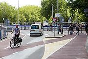 In Utrecht rijden fietsers door het stationsgebied. Ondanks de rode kleur van het fietspad zijn de rijbanen nog niet altijd even duidelijk.<br /> <br /> In Utrecht cyclists are riding near central station, Despite the red color for the bike lane, it's not always clear how to ride.
