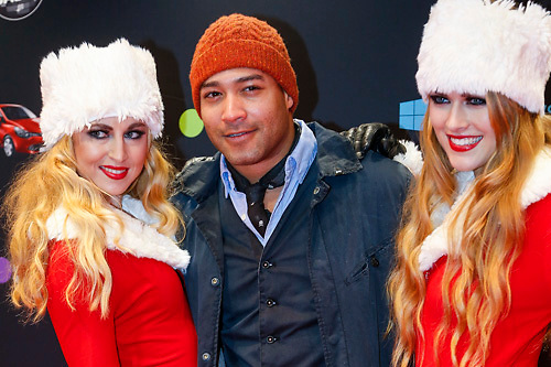 NLD/Amsterdam/20121222 - Inloop 538Jingleballs 2012, Everon Jackson Hooi met 2 kerstengelen