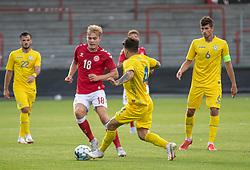 Mads Emil Madsen (Danmark) tackles af Vladyslav Dubinchak (Ukraine) under U21 EM2021 Kvalifikationskampen mellem Danmark og Ukraine den 4. september 2020 på Aalborg Stadion (Foto: Claus Birch).