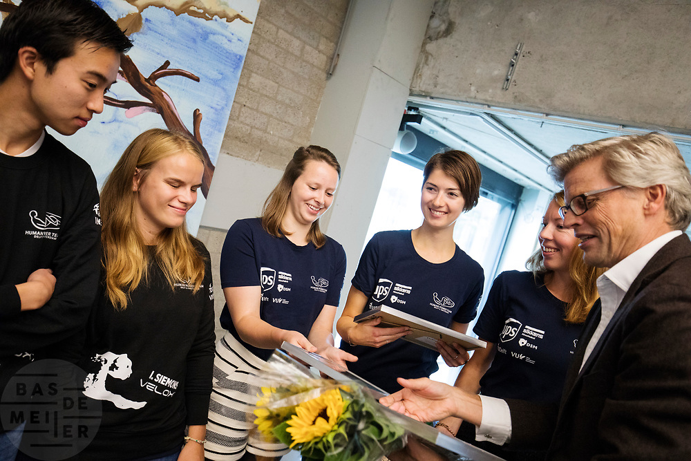 In Amsterdam wordt het zevende Human Power Team, dat bestaat uit studenten van de TU Delft en de VU Amsterdam, gehuldigd op de Vrije Universiteit door de voorzitter van het College van Bestuur Jaap Winter (rechts). Het team heeft in september 2017 het Nederlands snelheidsrecord verbroken. Aniek Rooderkerken reed 121,5 km/h, net te weinig voor het wereldrecord.