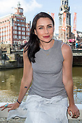 Foto shoot met actrice Rena Sofer. Rena Sofer is bekend als actrice in The Bold and the Beautiful in de rol van Quinn Fuller.<br /> <br /> Photo call with Rena Sofer at the end of her holiday in Amsterdam, Hotel de l'Europe.