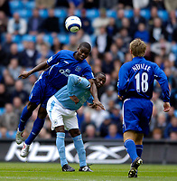 Photo: Jed Wee.<br /> Manchester City v Everton. The Barclays Premiership.<br /> 02/10/2005.<br /> <br /> Everton's Joseph Yobo (L) leans on Manchester City's Andy Cole to win the ball.