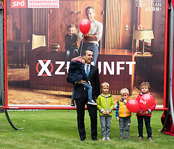 22.09.2017, Rathausplatz, Wien, AUT, SPÖ, Plakatpräsentation zur Nationalratswahl 2017. im Bild SPÖ Bundesparteivorsitzender und Spitzenkandidat für die Nationalratswahl Christian Kern mit Kind auf dem Arm (Kind gehört Freunden von Christian Kern) // Federal Chancellor of Austria Christian Kern with a child of his friends during placard presentation of the austrian social democratic party due to Austrian general elections 2017 in Vienna, Austria on 2017/09/22. EXPA Pictures © 2017, PhotoCredit: EXPA/ Michael Gruber