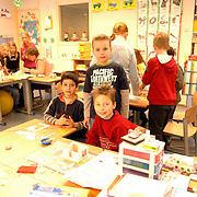 NLD/Huizen/20060317 - Basisschool de Ark huizen, kinderen bouwen huisje voor verkoop voor Afrika
