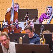 NLD/Hilversum/20130930 - Repetitie Metropole Orkest voor concert, controbas Erik Winkelmann en Arend Liefkes