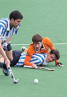 BLOEMENDAAL - OZ speler  Elliot Van STRYDONCK  met de Spanjaard Josep Farres  tijdens de kwartfinale van de EHL (Euro Hockey League) wedstrijd tussen de mannen van Oranje Zwart (Eindhoven) en Club Egara (Spanje) (4-1). FOTO KOEN SUYK