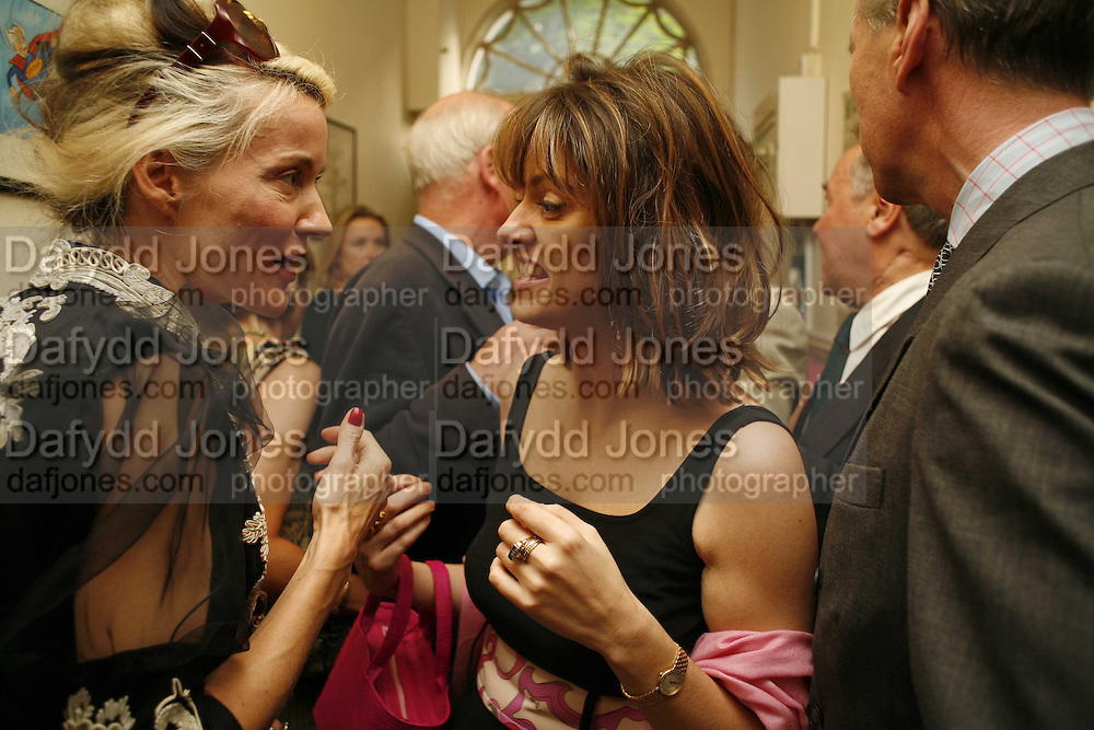 PETRONELLA WYATT AND DAPHNE GUINNESS. The Spectator At Home. Doughty St. 6 July 2006. ONE TIME USE ONLY - DO NOT ARCHIVE  © Copyright Photograph by Dafydd Jones 66 Stockwell Park Rd. London SW9 0DA Tel 020 7733 0108 www.dafjones.com