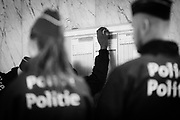 Brussels Belgium 2017 september 7. ontruiming Noordstation door de federale politie. Alle asielzoekers en transitmigranten die op Station Noord overnachten zijn vanochtend door de politie omsingeld en stuk voor stuk gecontroleerd.Hierna werd een gedeelte afgevoerd.