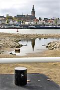 Nederland, the netherlands, Nijmegen, 18-10-2018Door de aanhoudende droogte staat het water in de rijn, ijssel en waal extreem laag . Laagterecord en de laagste officiele stand ooit bij Lobith gemeten, 6,73 m boven NAP . Schepen moeten minder lading innemen om niet te diep te komen . Hierdoor is het drukker in de smallere vaargeul . Door te weinig regenval in het stroomgebied van de rijn is het record verbroken . Het passantenhaventje van het riviereiland Veur-Lent is drooggevallen, staat droog, is leeg. Op de achtergrond de Waal en de Waalkade van Nijmegen.Foto: Flip Franssen
