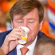 NLD/Twello/20180420 - Koning opent de koningsspelen 2018, Koning Willem Alexander drinkt glaasje melk