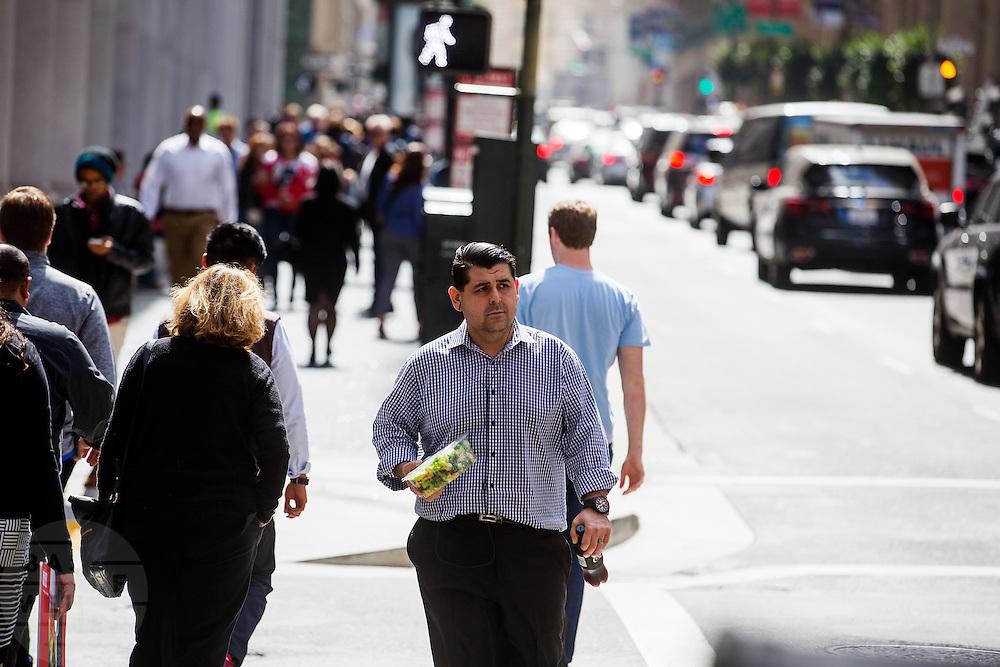 Werknemers lopen met lunchdozen in de Financial District in San Francisco waar veel hoofdkantoren van banken en grote ondernemingen zijn gevestigd. De Amerikaanse stad San Francisco aan de westkust is een van de grootste steden in Amerika en kenmerkt zich door de steile heuvels in de stad.<br /> <br /> Employees walk with lunch boxes at the Financial District of San Francisco where headquarters of banks and financial companies are located. The US city of San Francisco on the west coast is one of the largest cities in America and is characterized by the steep hills in the city.