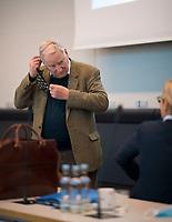 DEU, Deutschland, Germany, Berlin, 27.10.2020: AfD-Fraktionschef Alexander Gauland (MdB, Alternative für Deutschland, AfD) legt seine Mund-Nase-Bedeckung ab vor Beginn einer Sitzung der AfD-Fraktion im Deutschen Bundestag.