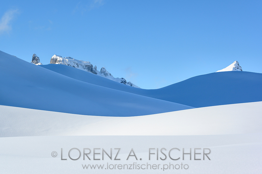 Die tief verschneiten Alpler Torstock und Seestock erheben sich über einer Reihe von Hügelkämmen, Bisistal, Kanton Schwyz, Schweiz / <br /> <br /> The snow-covered Alpler Torstock and Seestock rise above a series of ridges, Bisistal, Canton Schwyz, Switzerland