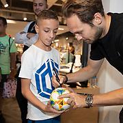 NLD/Haarlem/20190825 - Kledingpresentatie Daley Blind, Daley Blind signeert een bal van een fan