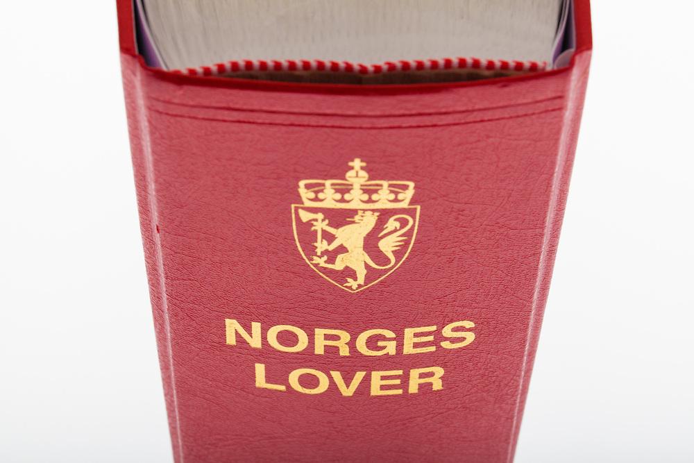 Øvre del av Norges lover i perspektiv. Fokus-senter på ordet «Norges».