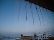 Eiszapfen an einem Haus in einem Aussenbezirk von Jakutsk. Jakutsk hat 236.000 Einwohner (2005) und ist Hauptstadt der Teilrepublik Sacha (auch Jakutien genannt) im Föderationskreis Russisch-Fernost und liegt am Fluss Lena. Jakutsk ist im Winter eine der kältesten Großstaedte weltweit mit durchschnittlichen Winter Temperaturen von -40.9 Grad Celsius. Die Stadt ist nicht weit entfernt von Oimjakon, dem Kältepol der bewohnten Gebiete der Erde.<br /> <br /> Icicle hanging on a house at the periphery of Yakutsk. Yakutsk is a city in the Russian Far East, located about 4 degrees (450 km) below the Arctic Circle. It is the capital of the Sakha (Yakutia) Republic (formerly the Yakut Autonomous Soviet Socialist Republic), Russia and a major port on the Lena River. Yakutsk is one of the coldest cities on earth, with winter temperatures averaging -40.9 degrees Celsius.