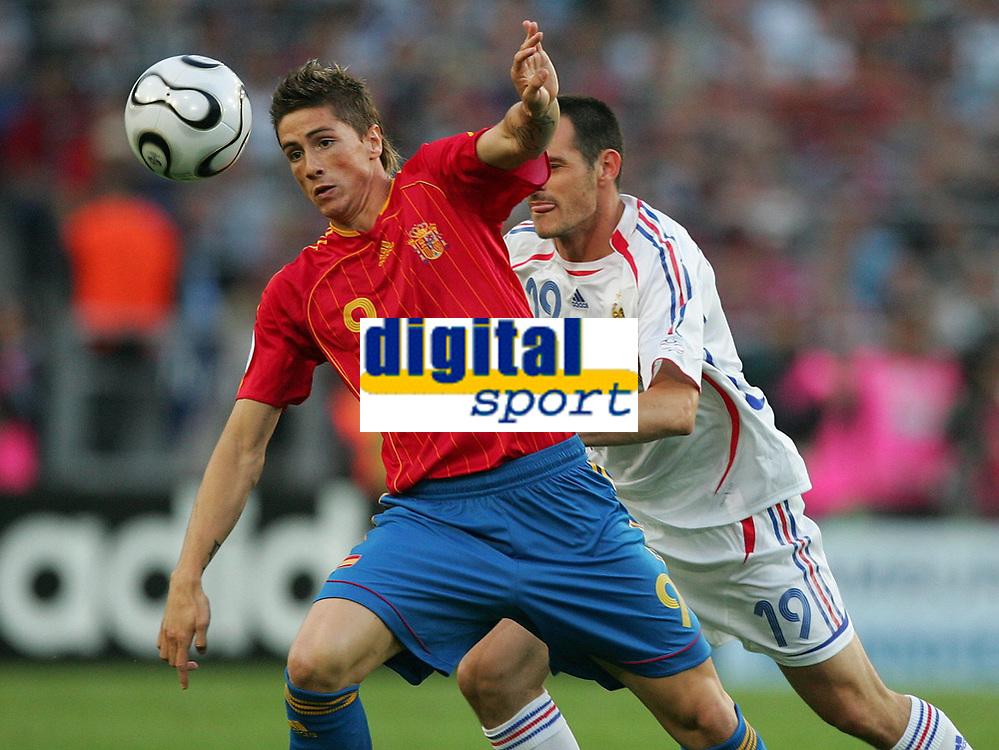 v.l. Fernando Torres Spanien,  Willy Sagnol<br /> Fussball WM 2006 Achtelfinale Spanien - Frankreich<br /> Spania - Frankrike<br /> Norway only