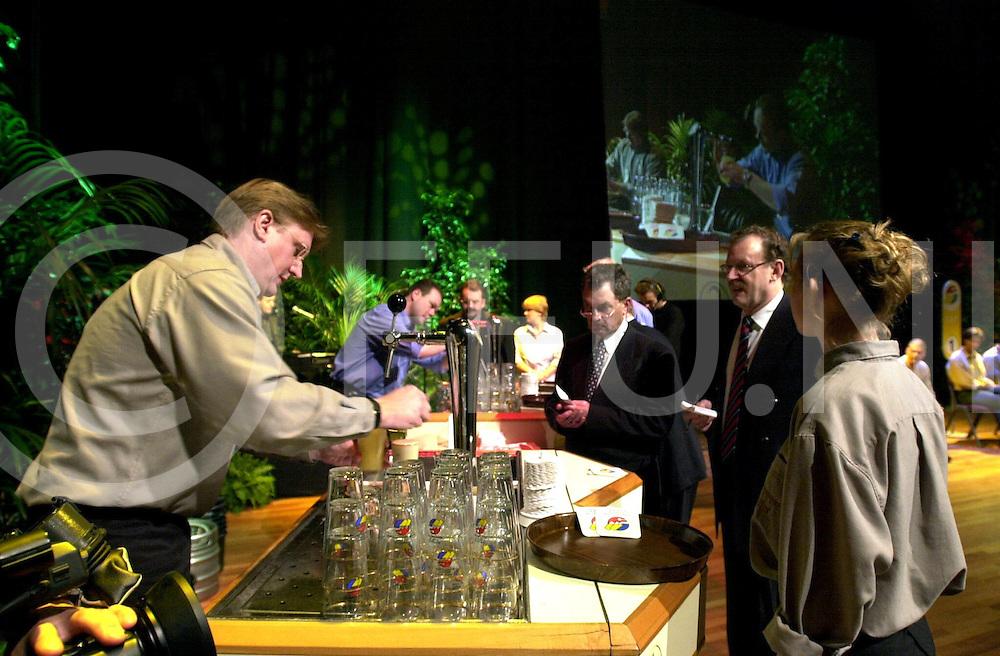 fotografie frank uijlenbroek©2000 frank uijlenbroek.010131 maastricht ned.Nationale Biertap Kampioenschappen in het MECC in Maastricht..Deelname van cafe Flater met Henk Smit(L) en Marieke (R)Pillen, zij brachten het tot de halve finale