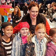 NLD/Amsterdam/20101114 - Premiere kinderfilm Dik Trom, Monic Hendrickx en oa dochter Javai (rood jasje)