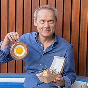 NL/Amsterdam/20201123 - Marcel Hensema ontwerpt de Eierkerstbal, Marcel Hensema met de door hem ontworpen kerstballen