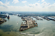 Nederland, Zuid-Holland, Rotterdam, 10-06-2015; Sluisjesdijk met ingang Waalhaven. Rivier de Nieuwe Maas en skyline Kop van Zuid.<br /> River Nieuwe Maas (New Meuse) and entrance <br /> Waal harbour, skyline of Rotterdam.<br /> luchtfoto (toeslag op standard tarieven);<br /> aerial photo (additional fee required);<br /> copyright foto/photo Siebe Swart