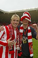Fotball<br /> England 2004/2005<br /> Foto: SBI/Digitalsport<br /> NORWAY ONLY<br /> <br /> Sunderland v Stoke City, Coca-Cola Championship, Stadium of Light, Sunderland 08/05/2005.<br /> <br /> Sunderland's Liam Lawrence (L) and George McCartney celebrate winning the Coca-Cola Championship.