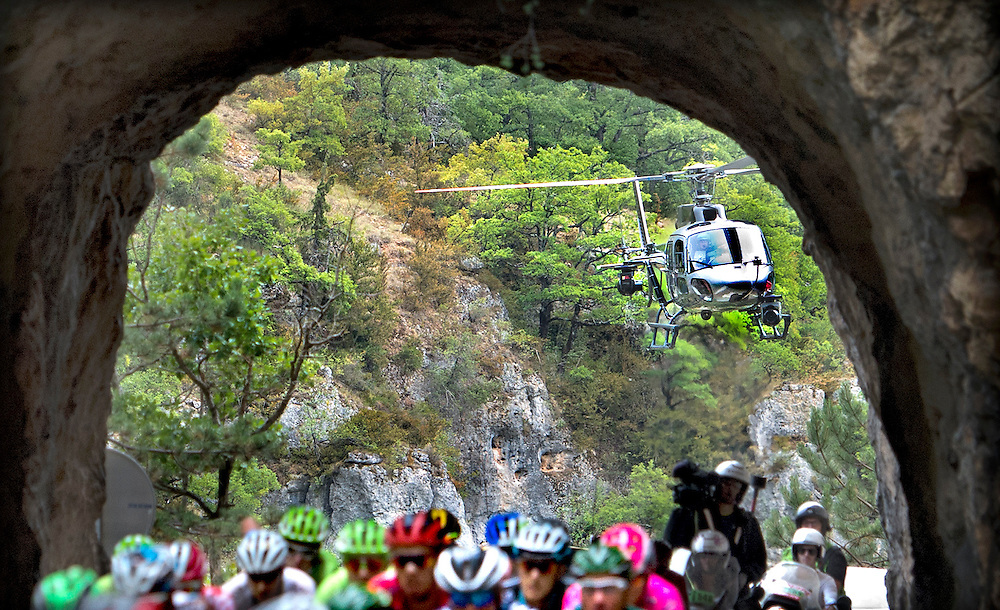 Frankrijk, Gorges du Tarn, 18-07-2015.<br /> Wielrennen, Tour de France.<br /> Etappe van Rodez naar Mende.<br /> De helicopter van de franse televisie volgt de renners als zij in de tunnel rijden.<br /> Foto: Klaas Jan van der Weij