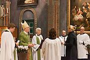 Aartsbisschop installeert twee nieuwe pastoors. Op zondag 31 oktober is in de Getrudiskathedraal in Utrecht  Annemieke Duurkoop (3e van links) als eerste vrouwelijke plebaan van Nederland geïnstalleerd. Duurkoop wordt de nieuwe pastoor van de Utrechtse parochie van de Oud-Katholieke Kerk (OKK), deze kerk heeft geen band met het Vaticaan. Een plebaan is een pastoor van een kathedrale kerk, die eindverantwoordelijk is voor een parochie. Eerder waren bij de OKK al twee vrouwelijk priesters geïnstalleerd, maar die zijn geen plebaan.<br /> <br /> Archbishop Joris Vercammen is installing tow new pastors. At the St Getrudiscathedral in Utrecht the first female dean of the Old-Catholic Church (OKK) is installed together with a new pastor Bernd Wallet. The church has no connections with the Vatican.