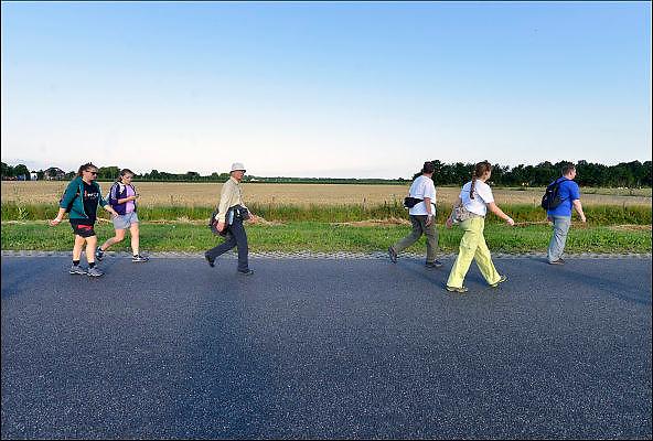 Nederland, Nijmegen, 21-7-2015 Start van de 99e 4 daagse. 43000 deelnemers. Op de Wedren worden de polsbandjes gescand waarna via het centrum en de waalbrug gelopen wordt naar Bemmel en Elst in de Betuwe en wordt wel de dag van Elst genoemd. De vierdaagse is het grootste wandelevenement ter wereld. The International Four Day Marches Nijmegen, or Vierdaagse, is the largest marching event in the world. It is organised every year in Nijmegen as a means of promoting sport and exercise. Participants walk 30, 40 or 50 kilometers daily, and, on completion, receive a royally approved medal, Vierdaagsekruis. The participants are mostly civilians, but there are also a few thousand military participants. The vierdaagse, Dutch for Four day Event, is an annual walk that has taken place since 1909, being based at Nijmegen since 1916. Foto: Flip Franssen/Hollandse Hoogte
