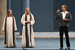 10.05.2010, Passionstheater, Oberammergau, GER, Theater, Fotoprobe Passionsfestspiele in Oberammergau , im Bild Andreas Richter (Jesus) Frederik Mayet (Jesus) Christian Stueckl (Leitung)  , EXPA Pictures © 2010, PhotoCredit: EXPA/ nph/  Straubmeier / SPORTIDA PHOTO AGENCY