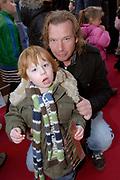 Premiere K3 en de Kattenprins in Tuschinski, Amsterdam.<br /> <br /> <br /> <br /> Op de foto: Edwin Jansen met zijn zoon Mich