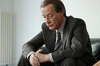 22 MAY 2003, BERLIN/GERMANY:<br /> Franz Muentefering, SPD Fraktionsvorsitzender, waehrend einem Interview, Redaktionsvertretung Der Spiegel<br /> IMAGE: 20030522-01-016<br /> KEYWORDS: Franz Müntefering